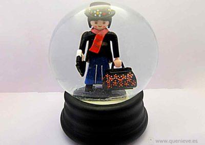 Close up bola de nieve con Mary Poppins creada por QueNieve